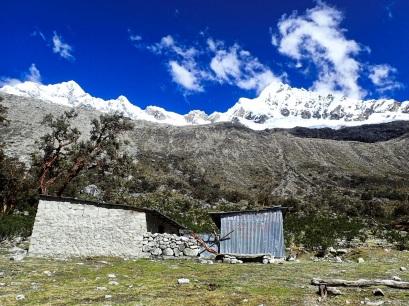 Camp de base Sud de l'Alpamayo, avec quelques batiments, fermés quand j'y étais